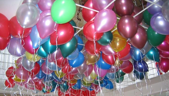 Разноцветные шары-самодувы зависли под потолком