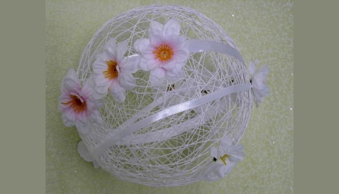 Светлый шар из вязальных ниток с цветами в качестве украшения зала для свадьбы
