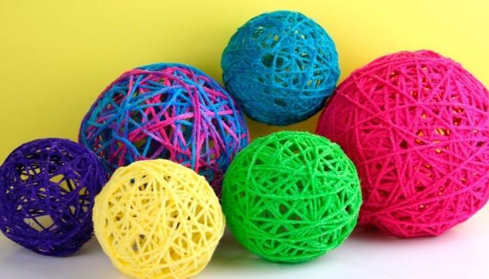 Ниточные шары, окрашенные в разные яркие цвета