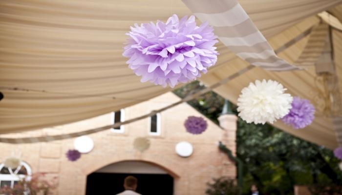 Нежно-сиреневые и белые бумажные шары, висящие под потолком