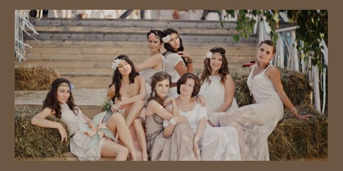 Невеста с подружками в тематических свадебных нарядах