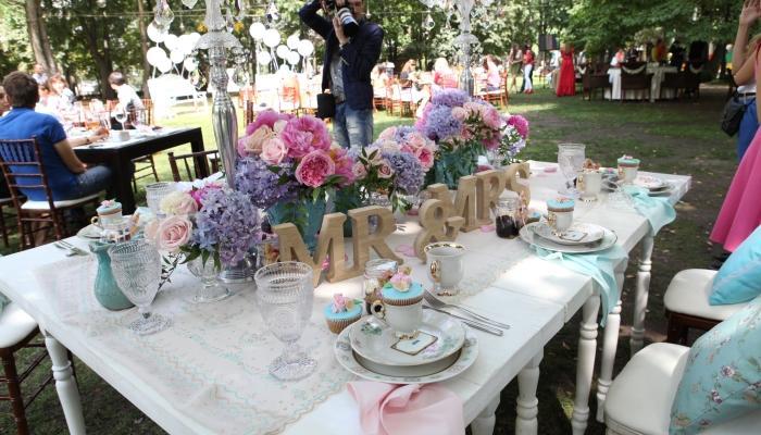 Пышные цветы и белая посуда - все как на открытке 19 века
