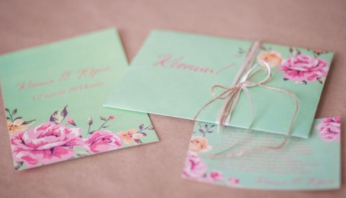 Пригласительные нежно-голубого цвета с розовыми изображениям цветов