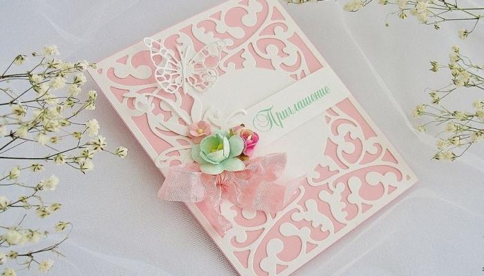 Розовое приглашение-открытка с аппликацией из кружева и цветочком