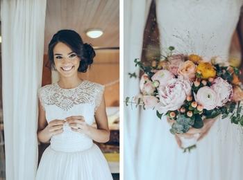 Невеста в изящном кружевном платье без рукавов с букетом