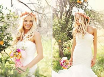 Красочное фото невесты с распущенными волосами, венком и букетом