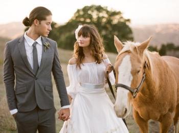 Жених в строгом сером костюме с галстуком и невеста с конем