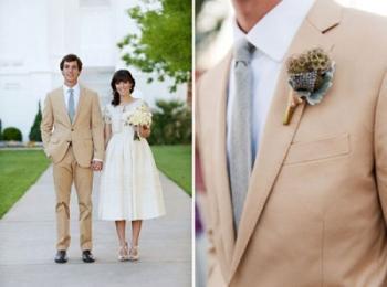 Галстук и бутоньерка на женихе в светло-бежевом костюме