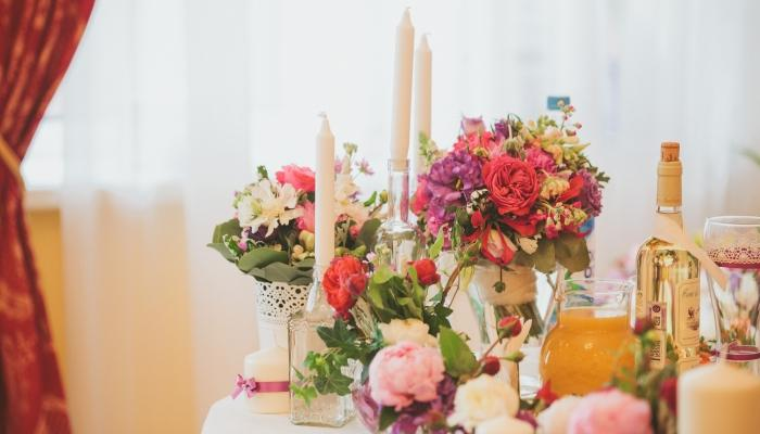 Букеты на столах для гостей во время свадебного банкета