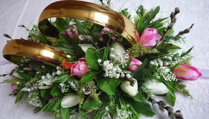 Свадебное украшение - шар из цветов с большими обручальными кольцами