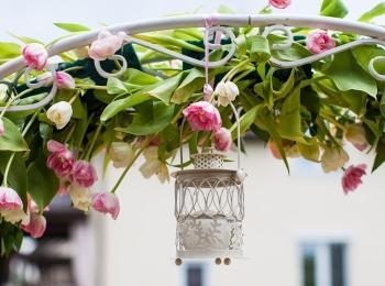 Украшенная цветами рама с подвешенным светильником
