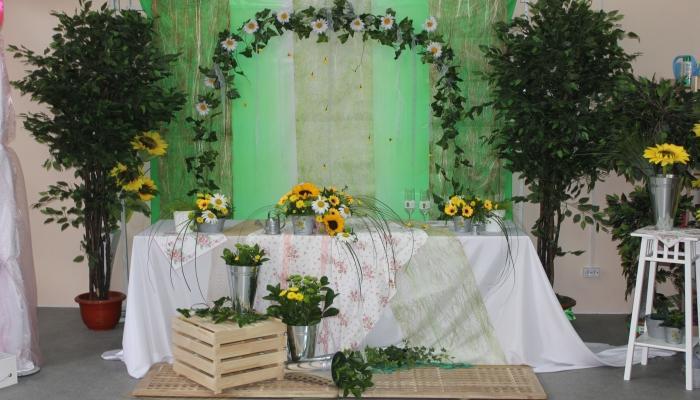 Полевые цветы и трава станут прекрасным украшением для зала на рустикальной свадьбе
