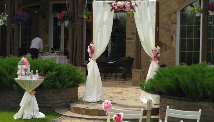 Украшение входа в ресторан розовыми цветами