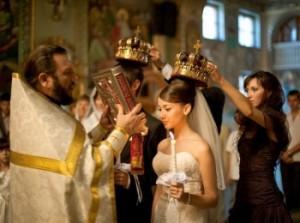 Как правильно вести себя присутствующим на венчании?