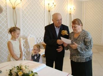 Внуки участвуют в конкурсе на золотой свадьбе дедушки и бабушки