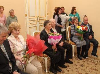 Фотография - бабушку и дедушку поздравляют с юбилейной 50-летней свадьбой