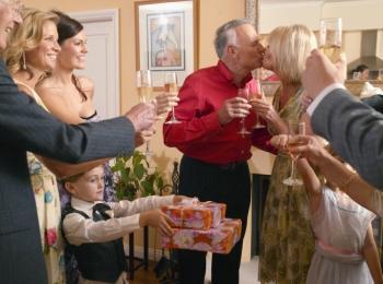 Поцелуй юбиляров на свадьбе