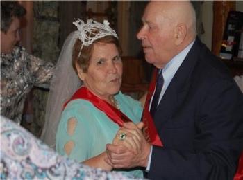 Танцующие вальс бабуля с дедулей