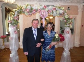 Встреча юбиляров на золотой свадьбе под аркой