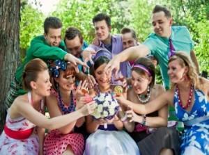 Гости и их наряды на свадьбе в стиле Стиляг