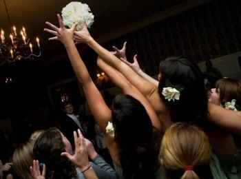 Бросание букета невесты - один из важнейших обычаев на свадьбе