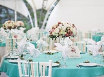 Если выбрана свадьба в стиле Тиффани, необходимо соблюдать бело-бирюзовую гамму при оформлении