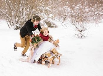 Катание на санках - одно из лучших традиционных развлечений на свадьбе зимой