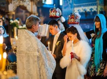 Жених и невеста принимают обязательства перед Богом во время венчания