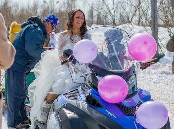 Невеста на снегоходе - одна из фотографий в зимнем экстремальном стиле
