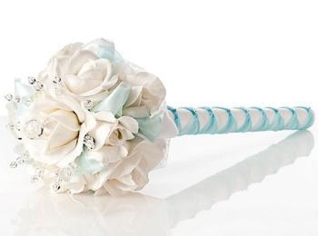 Первые букеты для невесты придумали французы - они были обильно украшены лентами и держались на фарфоровой ручке