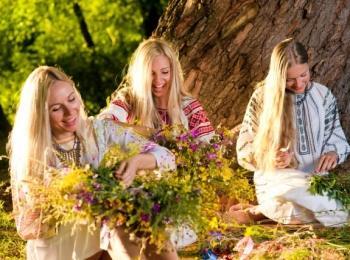 По славянским традициям венок для невесты собирали ее подружки
