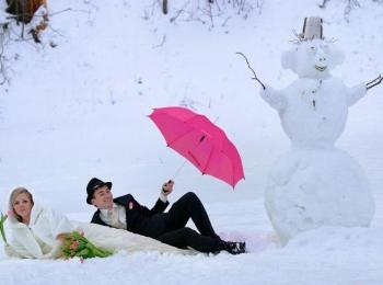 В качестве развлечения для зимней свадьбы можно устроить конкурс по лепке снеговика на скорость