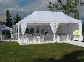В теплую погоду при свадьбе на природе часто устанавливают шатры