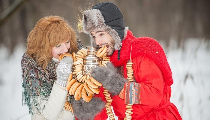 Жених с невестой за обе щеки уплетают баранки на фотосессии зимой