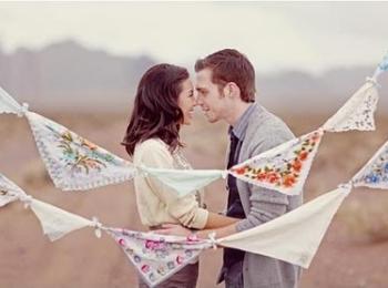 На ситцевую свадьбу (1 год) рекомендуется дарить платочки, скатерти и другие ситцевые изделия