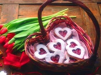 Подарок на годовщину свадьбы - декоративная корзинка и тюльпаны