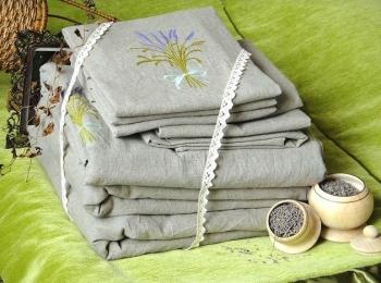 На 4 годовщину свадьбы - льняную - дарят постельное белье или полотенца
