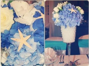 Интересное украшение для столов - бокал, украшенные голубыми лепестками и морскими звездами