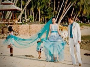 Жених, невеста и детишки в свадебных нарядах в морском стиле