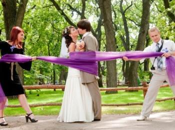 Присутствие свидетелей у жениха и невесты - этот ритуал пошел из Древнего Рима