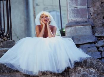 Девушка в раздумьях о поверьях и приметах, связанных со свадебным платьем