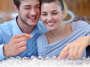 При выборе кольца и прочей свадебной атрибутики многие придерживаются примет