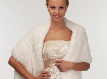 Меховая накидка станет отличных аксессуаром для наряда матери на зимней свадьбе