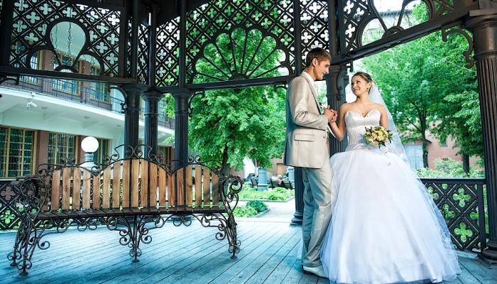 Отличную фотосессию на свадьбе можно устроить в беседках или у мостиков