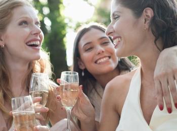 Подруги поздравляют невесту в день свадьбы