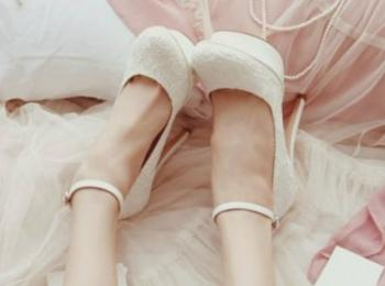 Согласно примете, туфли у невесты должны буть закрытыми и без шнурков