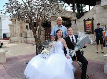Традиция ездить по достопримечательностям после свадьбы - это способ запутать злых духов и не пускать их в новую семью
