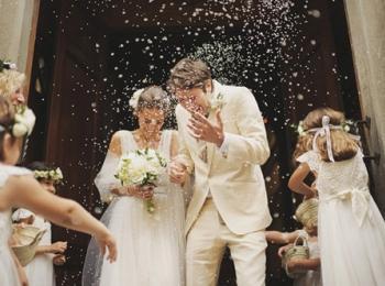 Жениха и невесту обсыпают зерном, чтобы привлечь в семью благополучие