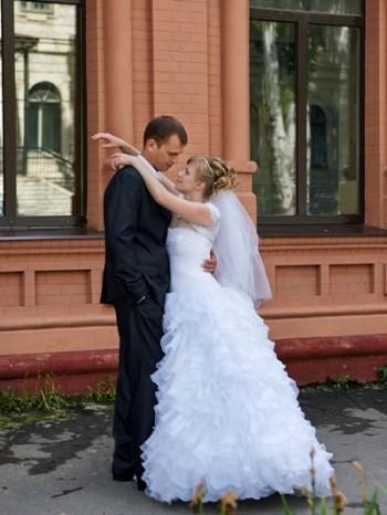 Поцелуй перед входом в банкетный зал