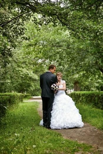 Алёна и Алексей позируют в цветущем саду